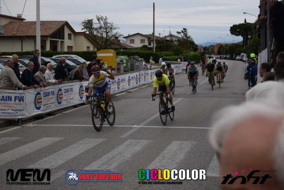 Volata gruppo vinta da Tarlao / Team De Luca in gara Gent-SuperG